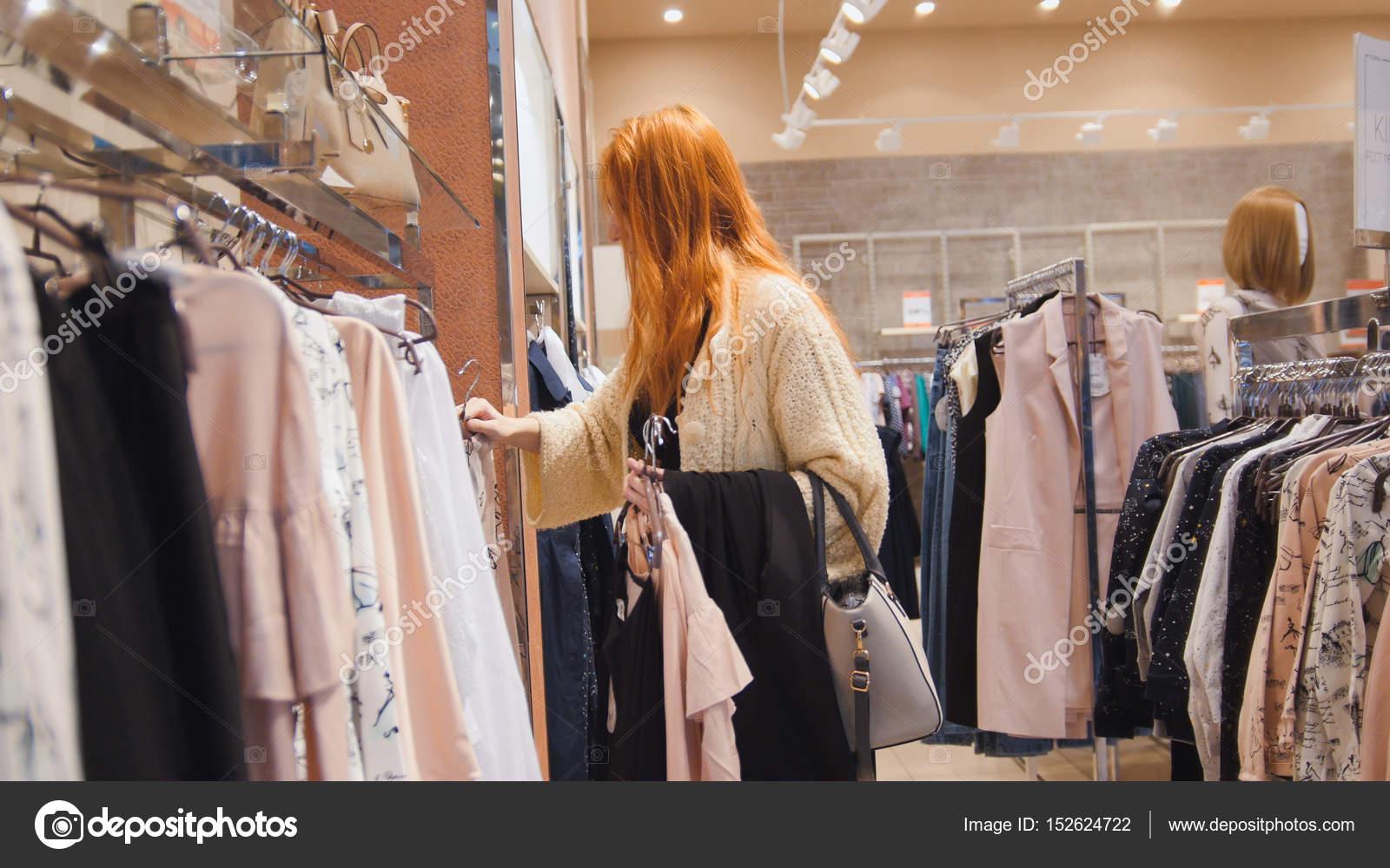 94a0df77e1 Eladó - ruha bolt nő úgy dönt, a ruhák - shopping fogalmát — Stock ...