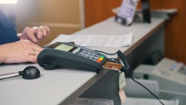 Fizetés hitelkártyával - terminál áruház, közelről