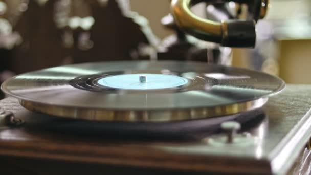 Vinyl rekord spinning a vintage régi gramofon - közelről