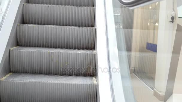 Pohyblivého schodiště běží dolů - eskalátor schodiště