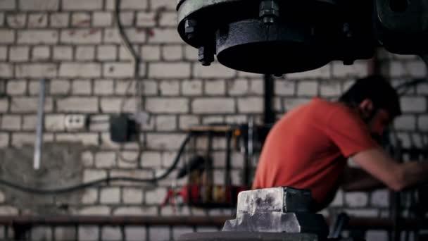 Der Schmied, der den Gegenstand behandelt, wird unter Druck aus dem Feuer entfernt