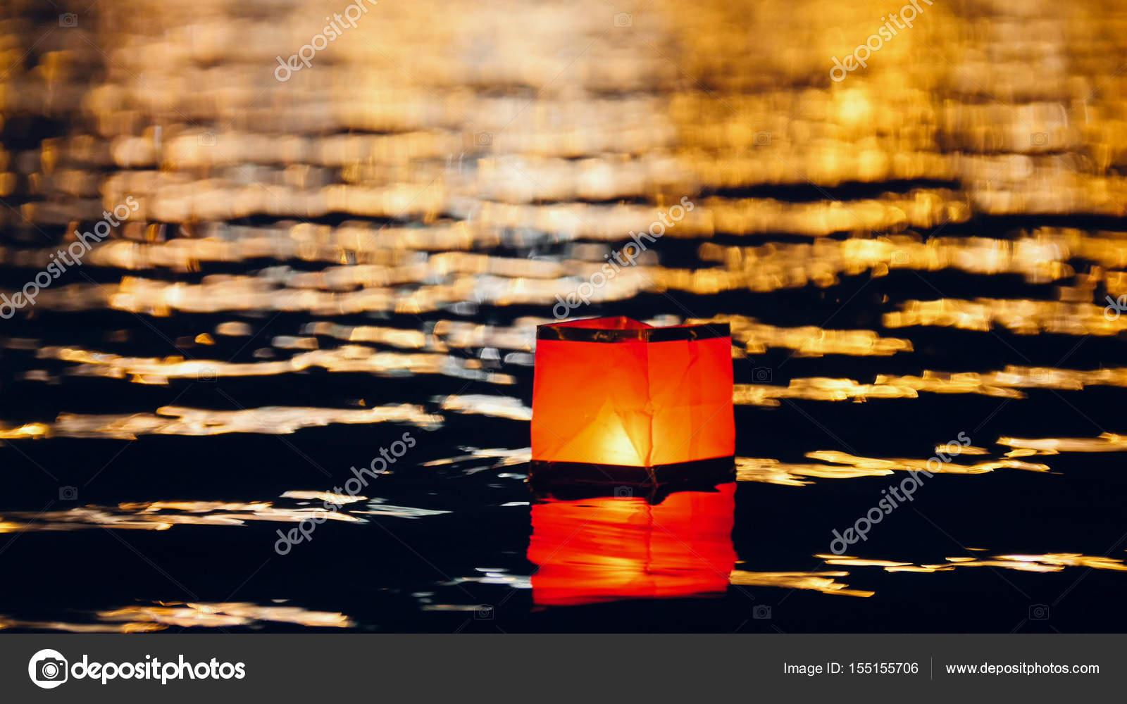 Galleggiante acqua illuminazione lanterne sul fiume di notte
