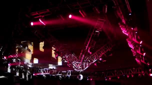 Eclairage De Scene Au Plafond De La Discotheque Au Cours Du Concert