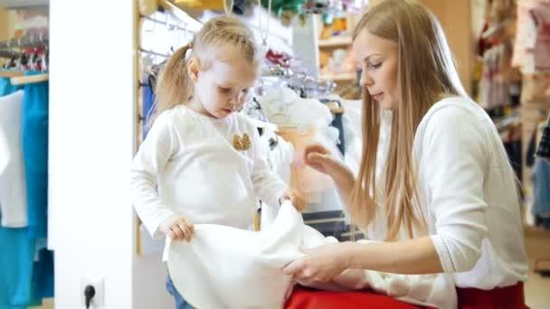 Malá holčička její matka v obchodě pro děti