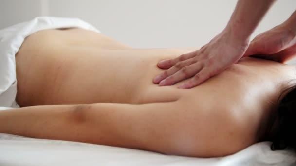 Видео массаж для спины девушка делает эротический массаж парню