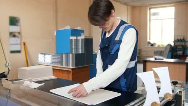 Technika tisku - krmení listy papíru, polygraf průmyslu, široký úhel