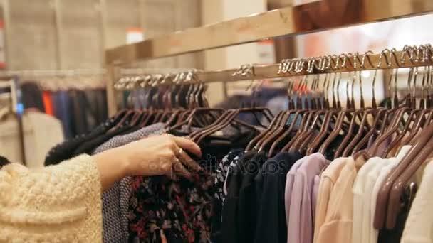 Dames Kleding Winkel.Dames Kledingwinkel Jurken Op Hangers Stockvideo