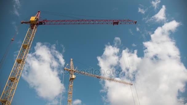Arbeitskran auf Baustelle vor blauem Himmel, Zeitraffer