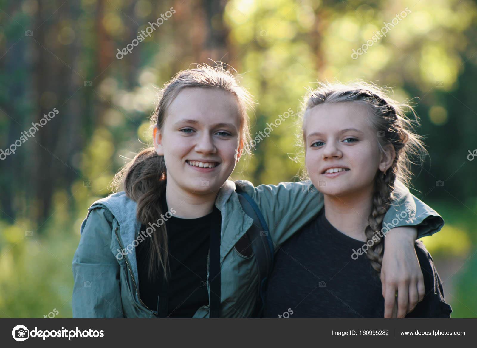 6f0d40cfcd71 Dos chicas guapas hermanas adolescentes amigos Parque - verano al ...