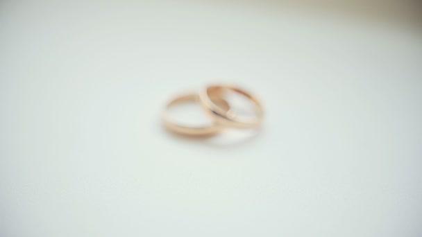zlaté svatební prsteny na bílém pozadí