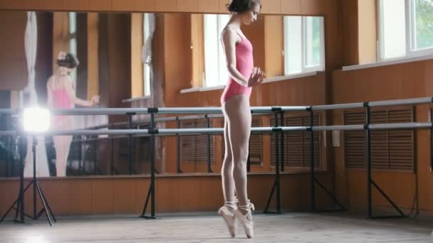 Krásná dívka baletka cvičit v tělocvičně - růžové šaty