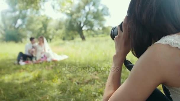Žena svatební fotograf - focení průběhu svatební obřad