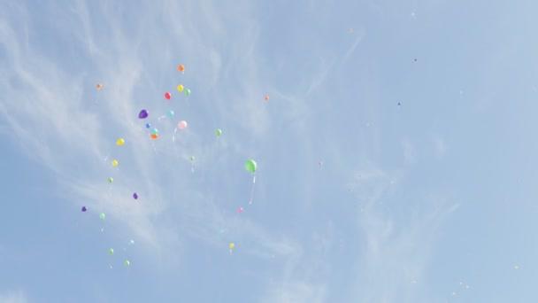 Různé barevné bubliny vzduchu na pozadí modré oblohy