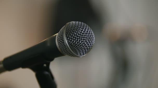 Fotografie Bühne mit Mikrofonen im Loft oder Publikum
