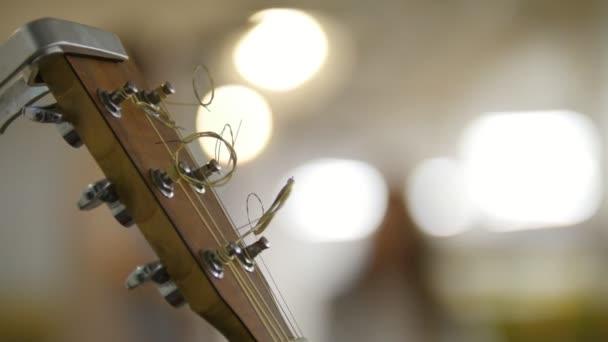 Saundboard akustická kytara - nástroje na pódiu