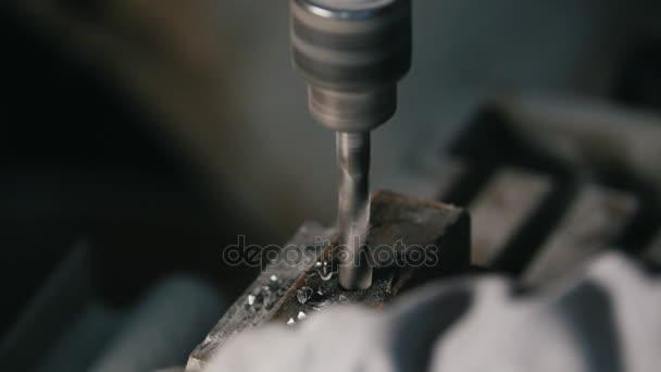 Vrtačka je vrtání kovu v dílně