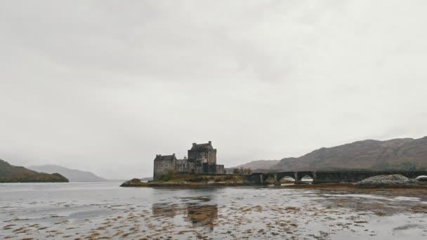 Castello di Eilean donan al giorno nuvoloso - Skye isle, Scozia, Regno Unito