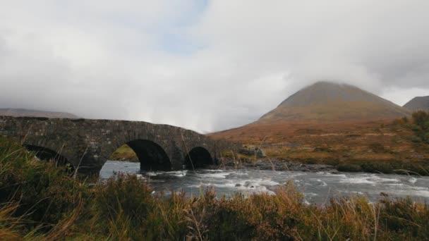 Potok a starý most v horách, Isle of skye - Skotsko, Velká Británie