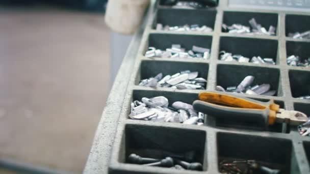 Sada nástrojů pro opravu pneumatik a kleště