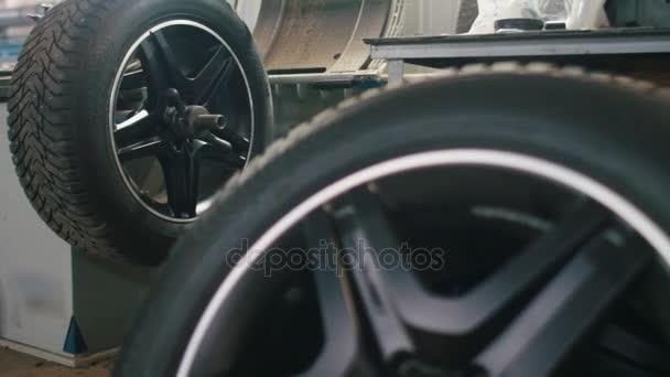 Autó-service - mechanikus workshop javítása gumik