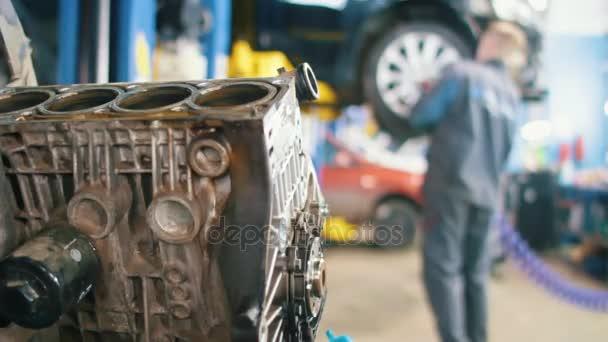 Autó-service - szerelő ellenőrzi a kerék a jármű