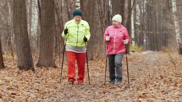 Nordic walking pro starší ženy, venkovní - dvě starší dámy mají výcvik venkovní