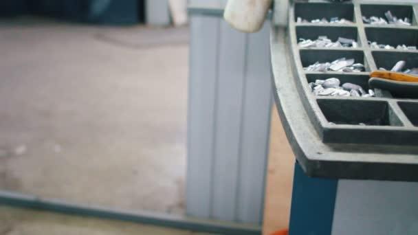 Sada nástrojů pracujících pro opravy pneumatik a kleště