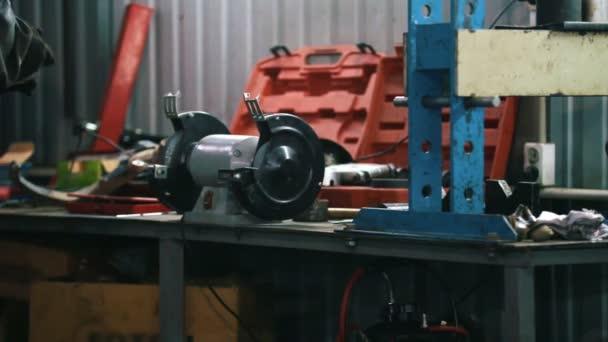 Mechanik v autoservis stanovení a opravy detail automobilu