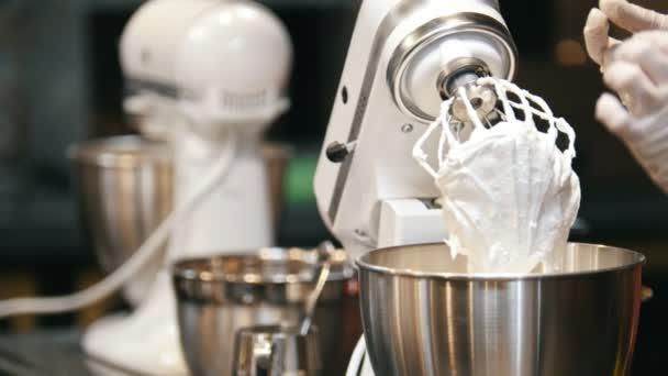 Proces vaření pusinky šlehané bílky na mixér šlehač