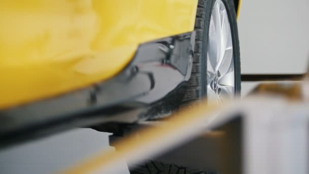 Autó-service - emelte sárga autó garázs-műhely