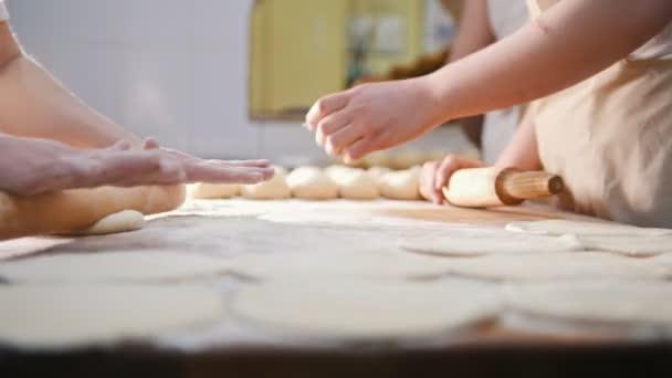 Szakácsok roll a tésztát sütés, darab nyers tésztát a fából készült táblán