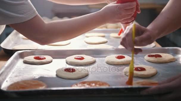 Kuchaři připravovat mini pizza, umístěte rajčatový protlak