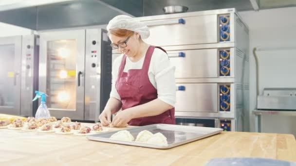 Erwachsene Art lächelnde Frau backt und bilden Kuchen in der Bäckerei