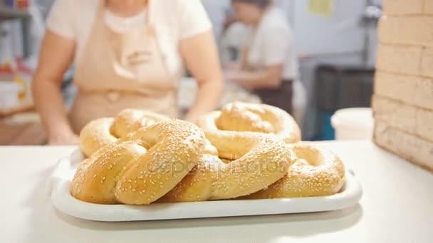 Cook dát čerstvé horké buchty se sezamem v pekárně