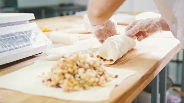 Főz, süt, és alkotó az almás pitét a pékség