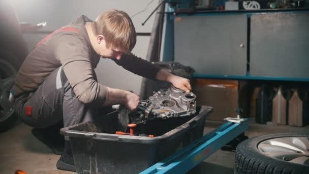 Mechanik čistí motor díly, stírání, zobrazení profilu