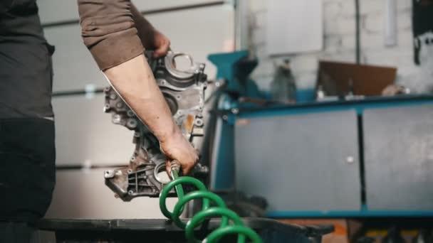 Mechanik čistí částí motoru, sušení proudem vzduchu