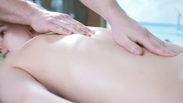 Entspannung-massage für Rücken junge blonde Frau im Wellness-salon
