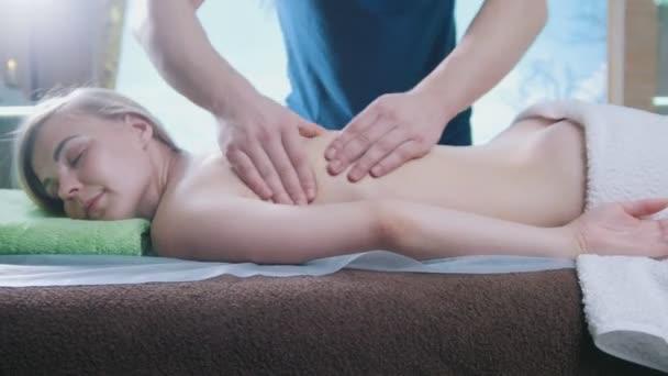 Masážní salon - člověk dělá relaxační terapie pro mladou dívku, jezdec výstřel