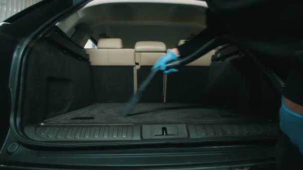 Čištění prostoru, člověk čistí vnitřek vozu s vysavačem
