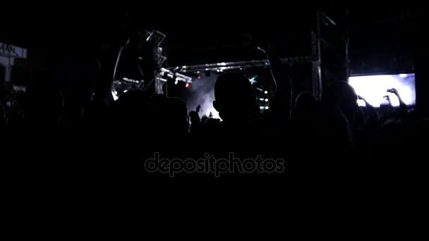 Große Menschenmenge beim Konzert Beifall klatschenden Händen