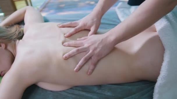 masážní salon - mladá dívka dostane relaxační léčivé terapie