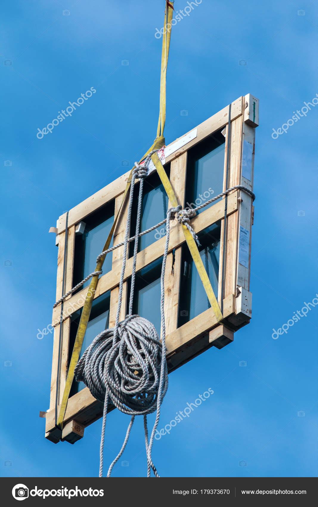 Marco de ventana de madera en las grúas de la construcción en el ...