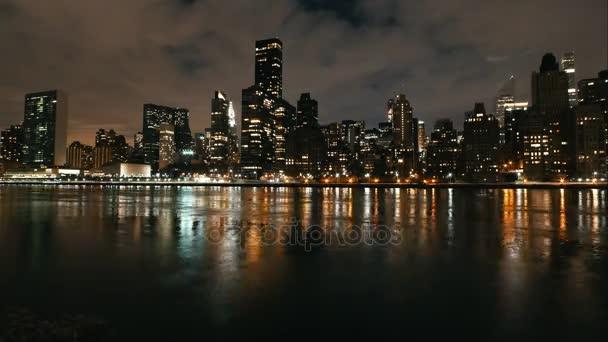 Timelapse z velkého města - noční panorama Manhattanu mrakodrapy