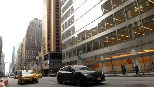 New York, Usa – Dezember 2017: Straßenverkehr in Manhattan - gelbe Taxis und Autos