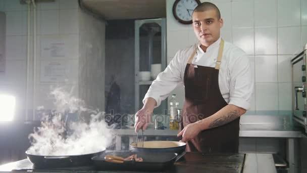 Koch kocht Spaghetti im Restaurant