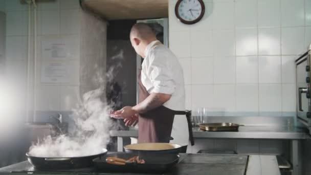 Szakács főzés spagetti étteremben