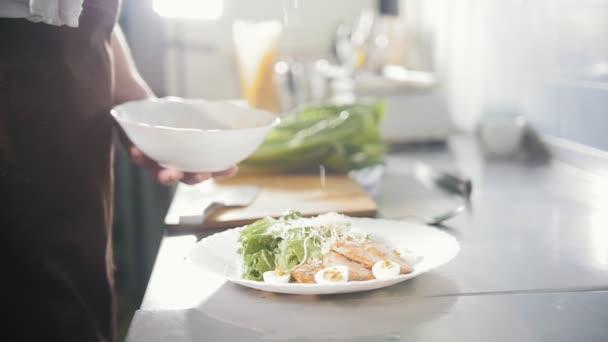 Chefköche kochen Salat mit Käse - Parmesan auf Teller, Zeitlupe