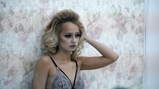 junges blondes Model in der Unterwäsche posiert für Fotograf während Mode-Fotosession