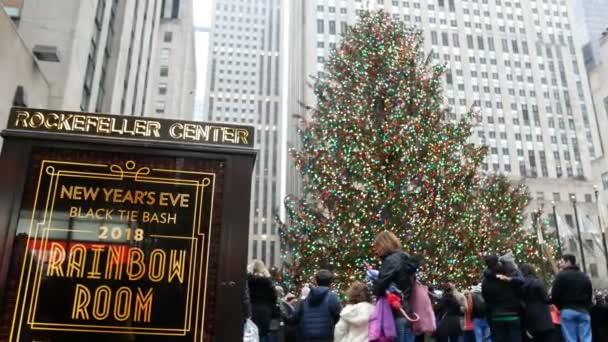 New york usa dezember 2017 menschen neben dem weihnachtsbaum am rockefeller center - Weihnachtsbaum rockefeller center ...